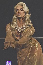 Miss Fame se apresentando