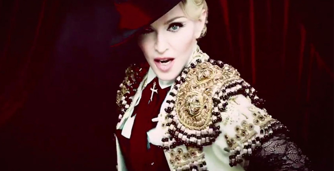 "Madonna é uma toureira sexy no clipe de ""Living For Love""!"