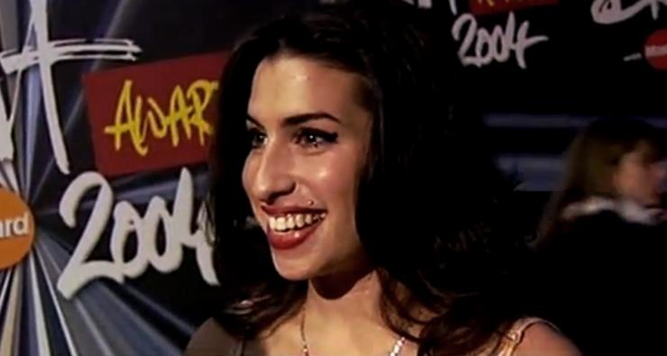 Em cena extra de documentário, Amy Winehouse aparece toda animada para ver Beyoncé