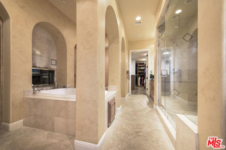 gallery-1447862735-hbz-selena-gomez-home-embed-selena-gomez-house-11-16-bathroom