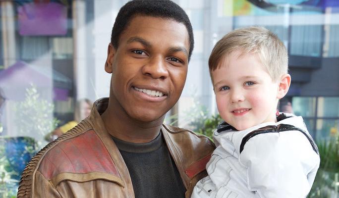 """FOFO! John Boyega, o Finn de """"Star Wars"""", visita crianças em hospital de Londres"""