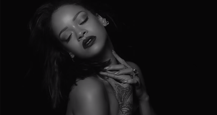 """Rihanna aposta na sensualidade em seu novo clipe, """"Kiss it Better"""""""