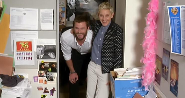 Chris Hemsworth e Ellen surpreendem fã no trabalho com direito a massagem e brinde de tequila