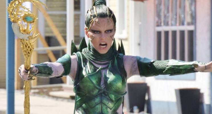 """Elizabeth Banks aparece como Rita Repulsa nos bastidores de """"Power Rangers""""; veja vídeo!"""