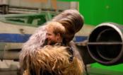 """Príncipes William e Harry visitam o set de """"Star Wars - Episódio VIII"""" e duelam com sabres de luz"""