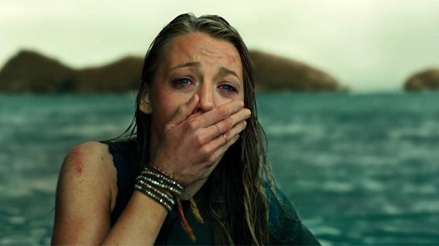 """Blake Lively foge de tubarão em novo trailer do terror """"Águas Rasas"""""""