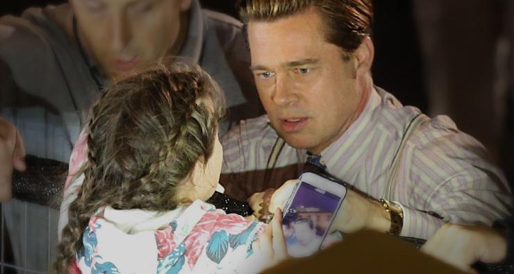 FOFO! Brad Pitt socorre fã mirim chorando e espremida no meio de multidão
