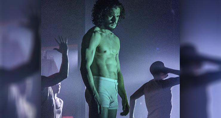 """As fotos que realmente importam de Kit Harington, o Jon Snow, na peça """"Doutor Fausto"""""""