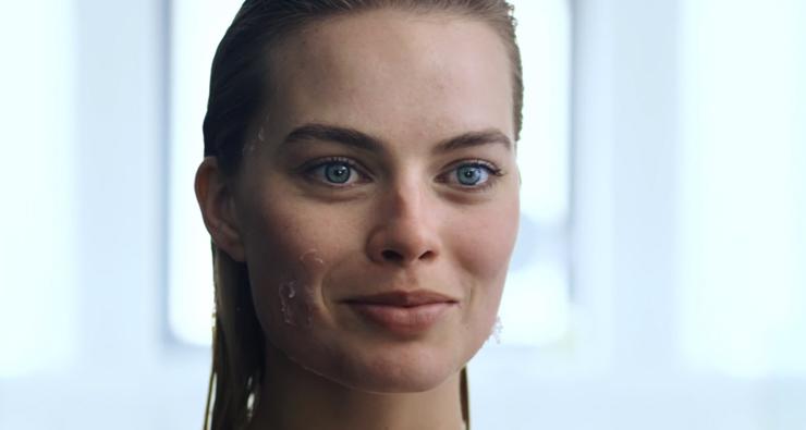 """Margot Robbie, a Arlequina, recria cena de """"Psicopata Americano"""" em vídeo"""
