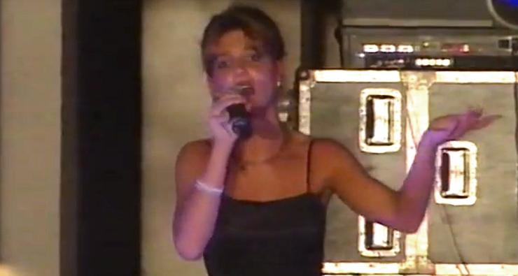 Britney Spears novinha cantando seus primeiros sucessos em show raro que circula na internet; veja!