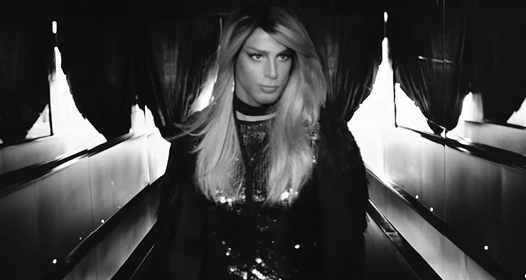 Cauã Reymond arrasa no papel de uma transexual em clipe de Bárbara Ohana