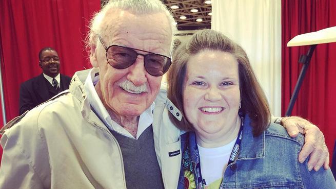 """O que uma máscara não faz… A """"Mãe Chewbacca"""" conheceu o Stan Lee!"""
