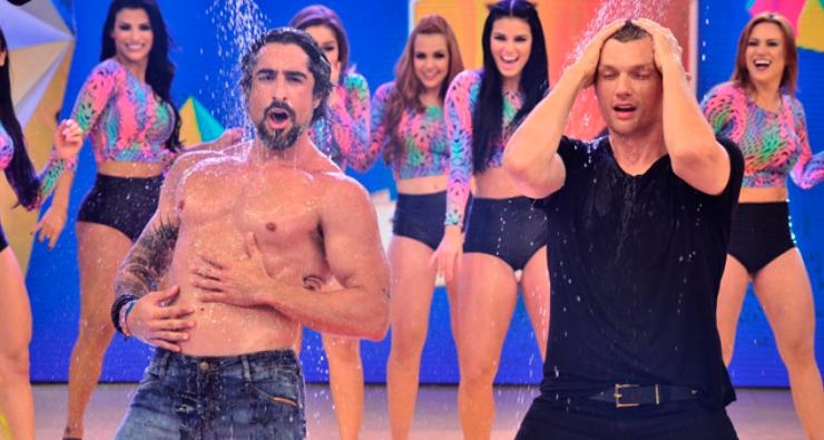 Marcos Mion e Nick Carter, do Backstreet Boys, sensualizam embaixo do chuveiro