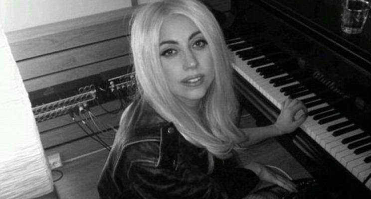 Tá rolando um boato de que Lady Gaga lançará seu novo single em um mês… Será?
