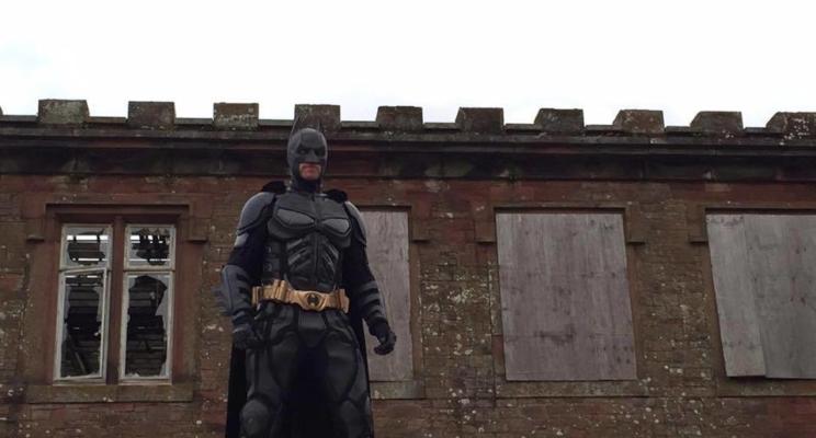 Homem vestido de Batman começa a caçar palhaços na Inglaterra porque o mundo virou mesmo a casa da Mãe Joana
