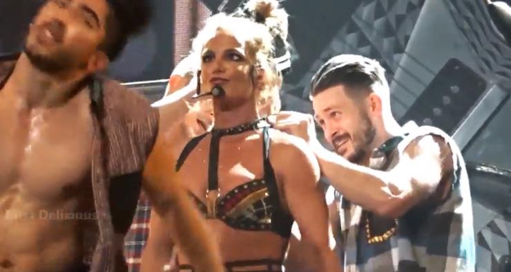 [VÍDEO] Figurino de Britney Spears abre em show de Las Vegas e ela usa camisa de dançarino