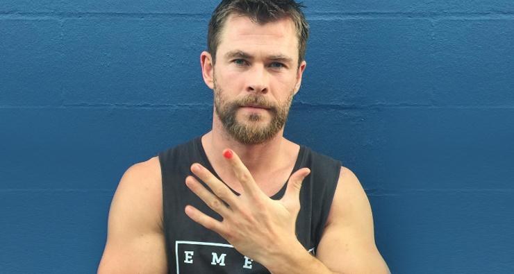 Chris Hemsworth pinta a unha em prol de campanha contra a violência infantil