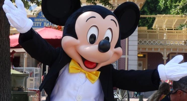 O Mickey está comemorando seu aniversário no mundo todo e tem vários vídeos fofos do passeio!