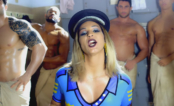 """Valesca é uma policial rodeada de boys magias no clipe de """"Viado"""", seu novo single"""