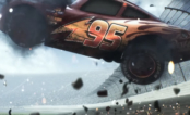 """Relâmpago McQueen sofre grave acidente em teaser de """"Carros 3""""!"""