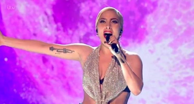 """Lady Gaga faz apresentação belíssima de """"Million Reasons"""" no X-Factor UK; assista!"""