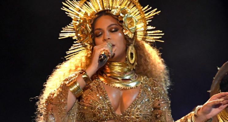 Beyoncé emociona com apresentação belíssima no Grammy 2017; assista!