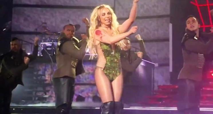 Britney Spears tem problema com figurino e fica com seio à mostra em show de Las Vegas