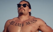 "Jason Momoa é o líder saradão de um grupo canibal no trailer do filme ""The Bad Batch"""