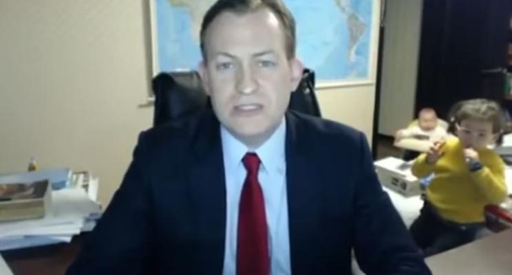 A invasão dos bebês em uma transmissão ao vivo do pai à BBC é o melhor vídeo da semana!
