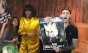 Ativistas invadem uma sessão de autógrafos de Kelly Rowland e protestam contra uso de pele de animais