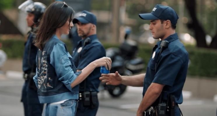 O novo comercial da Pepsi com a Kendall Jenner está sendo criticadíssimo na internet; entenda!