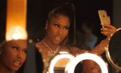 "Nicki Minaj está viciadíssima em Stories no clipe da música ""Run Up"", do Major Lazer"