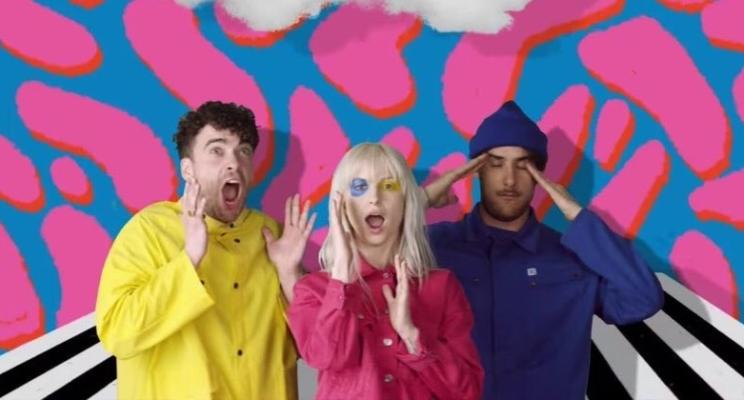 """Paramore voltou com uma vibe anos 90 no clipe da nova música """"Hard Times""""!"""