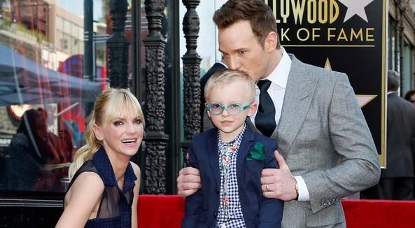 Chris Pratt recebe estrela na Calçada da Fama acompanhado de sua família