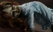 """A menina possuída de """"O Exorcista"""" ganhou uma boneca que gira o pescoço em 360º!"""