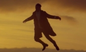 "Harry Styles aparece voando no clipe da música ""Sign Of The Times"""