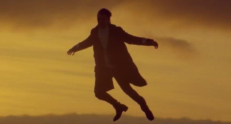 """Harry Styles aparece voando no clipe da música """"Sign Of The Times"""""""