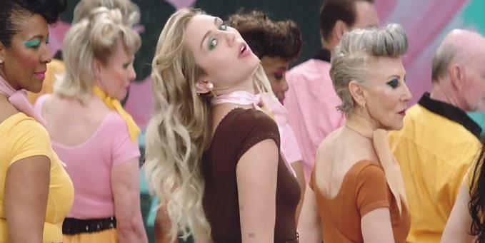 """Miley Cyrus lança clipe da música """"Younger Now"""" e divulga capa do novo álbum!"""