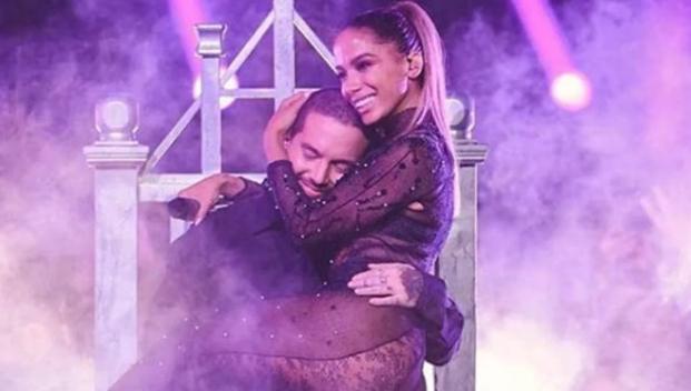 """Anitta ARRASOU em premiação latina cantando """"Downtown"""" e """"Machika"""""""