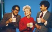 """Paramore tem um programa matinal retrô no clipe incrível de """"Rose-Colored Boy"""""""