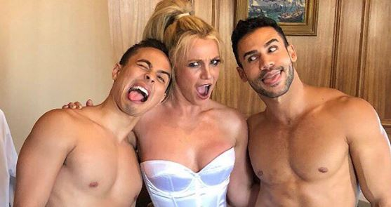 "Britney Spears está gravando o clipe do seu novo single chamado ""Apple Pie""? 🤔"